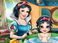 Jouer à Blanche-Neige baigne sa fille